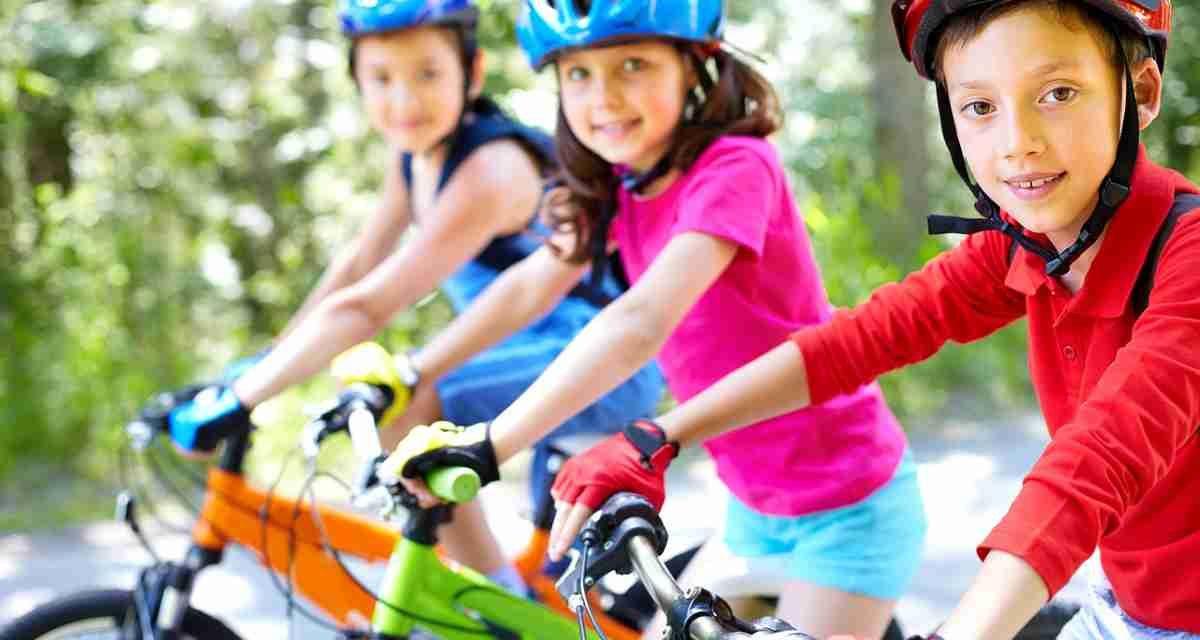 ¿Qué medidas de seguridad deben tomar los niños al montar en bicicleta?