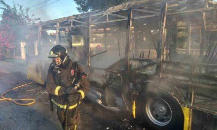 Arde el autobús 49 en Los Conejos