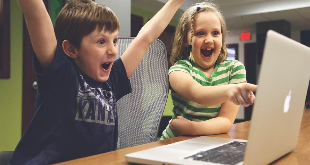 Niños y juguetes conectados por la red