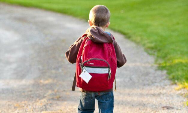 Cómo influye el peso de la mochila de un niño en su forma de caminar