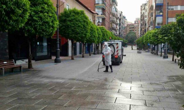 Se desinfectan calles, contenedores y parques